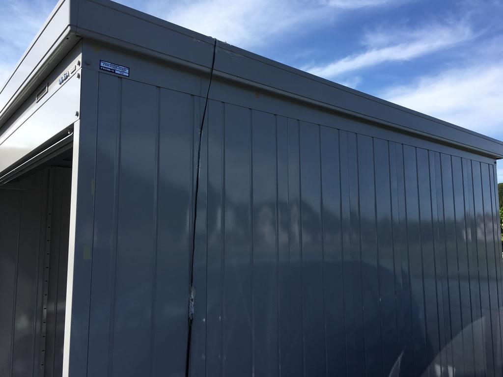 イナバ物置バイクガレージの上にソーラーパネル