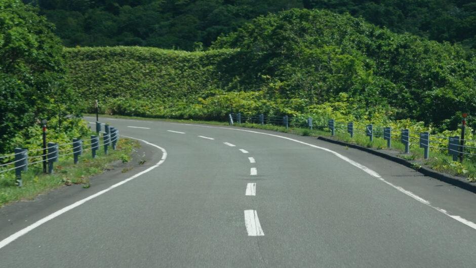 バイク乗りの9割が苦手に感じる、下りカーブをスムーズに曲がる乗り方のポイントとは?