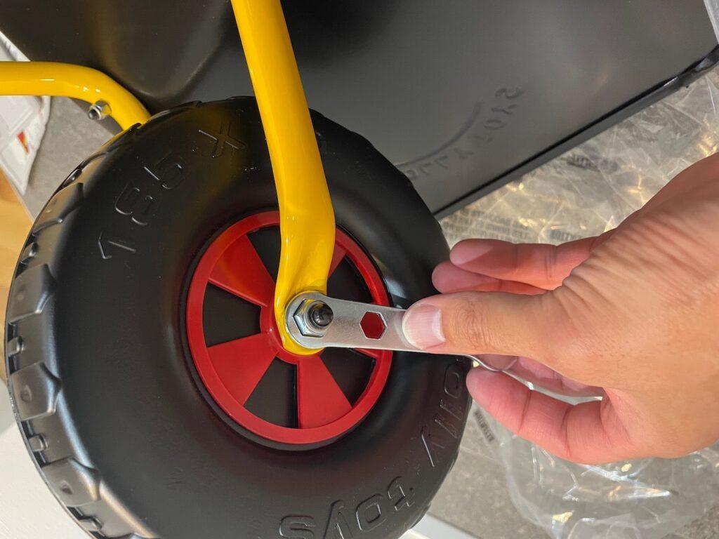 タイヤのシャフトを固定しよう