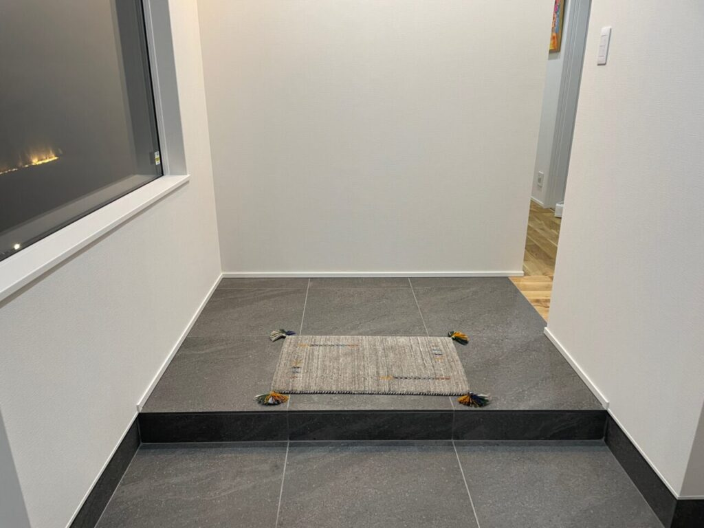 狭い玄関を広く見せるアイデアを紹介!リクシルタイル「ストラタス(IPF-600/SIT-22)」で玄関ホールがおしゃれに大変身