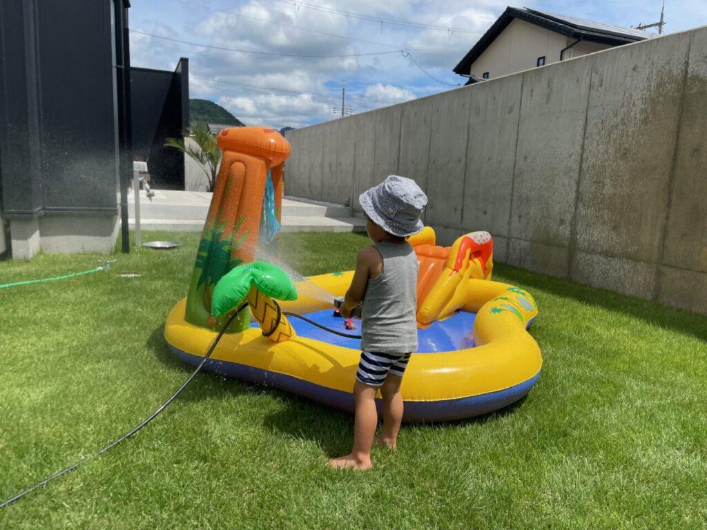 芝生の上にプールをおいて遊ぼう