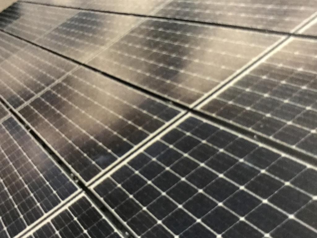 びっしり詰まった太陽光発電パネル