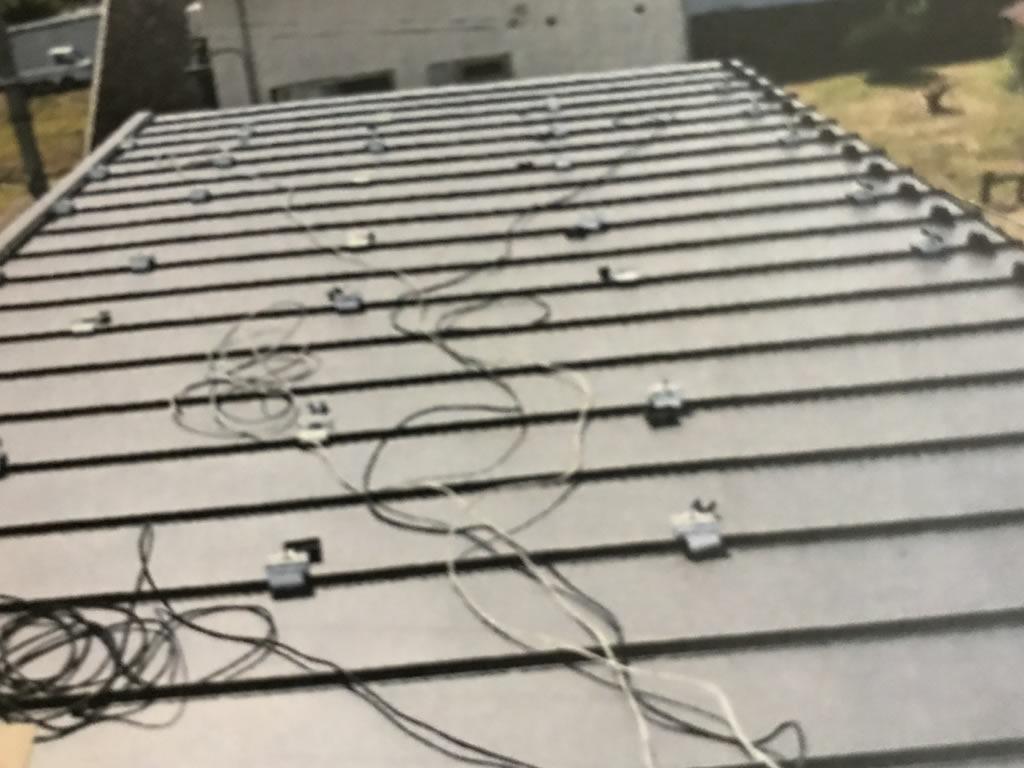 まずガルバニウム鋼板の屋根に、太陽光発電ステーを取り付け