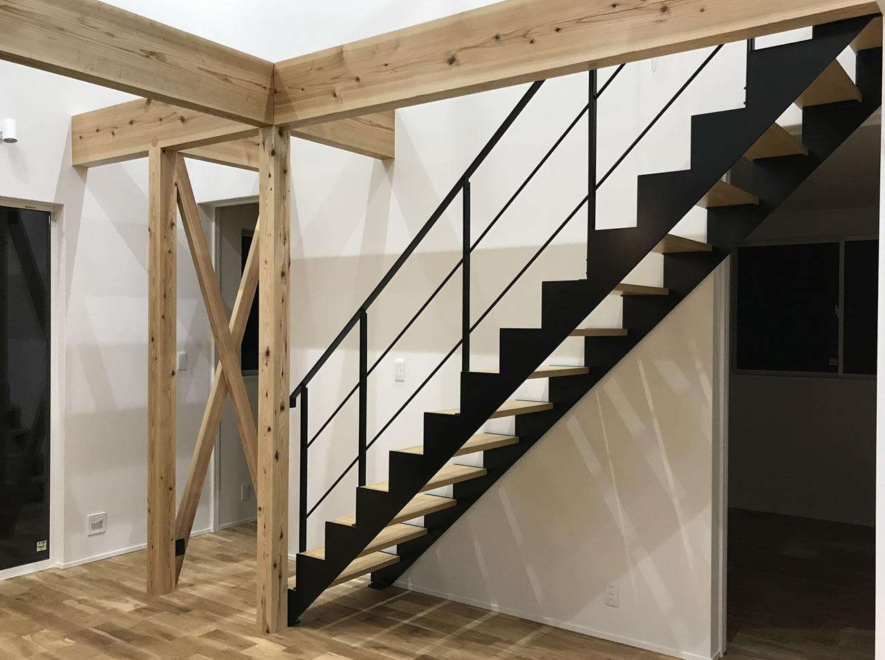 リビング階段・筋交いで開放的空間に