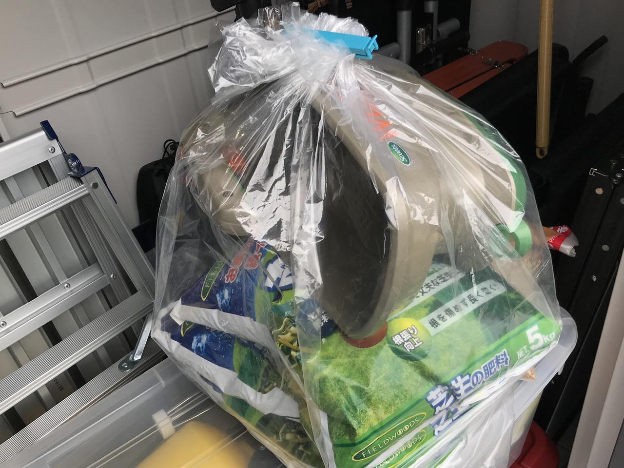 肥料と電動スプレッダーをナイロン袋に入れて、保管することに。