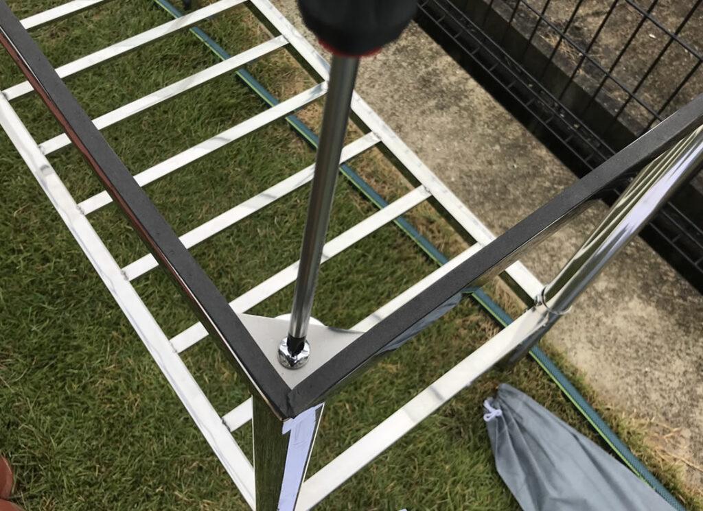 4本の脚を取り付けできたら天板を乗せる台を固定します