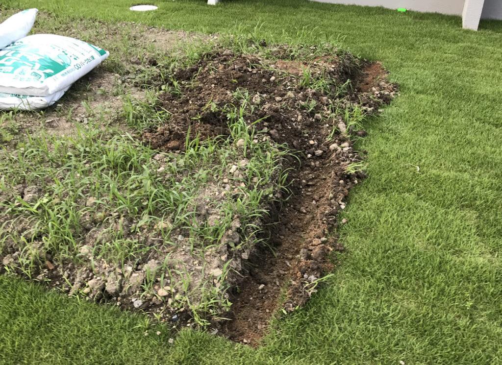 花壇ブロックを置く場所を掘っていきます