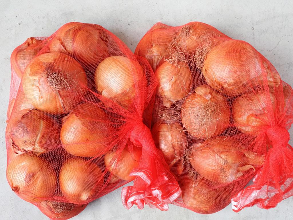 野菜ネットに入れて玉ねぎを貯蔵する