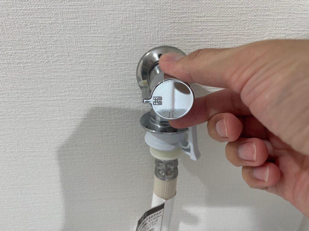 まずは洗濯機の水道栓を閉めましょう