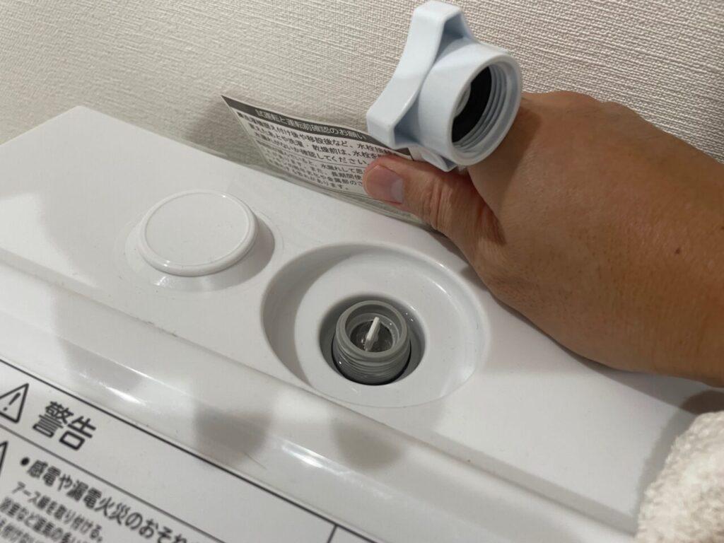 水が漏れないようにホースを洗濯機から外します