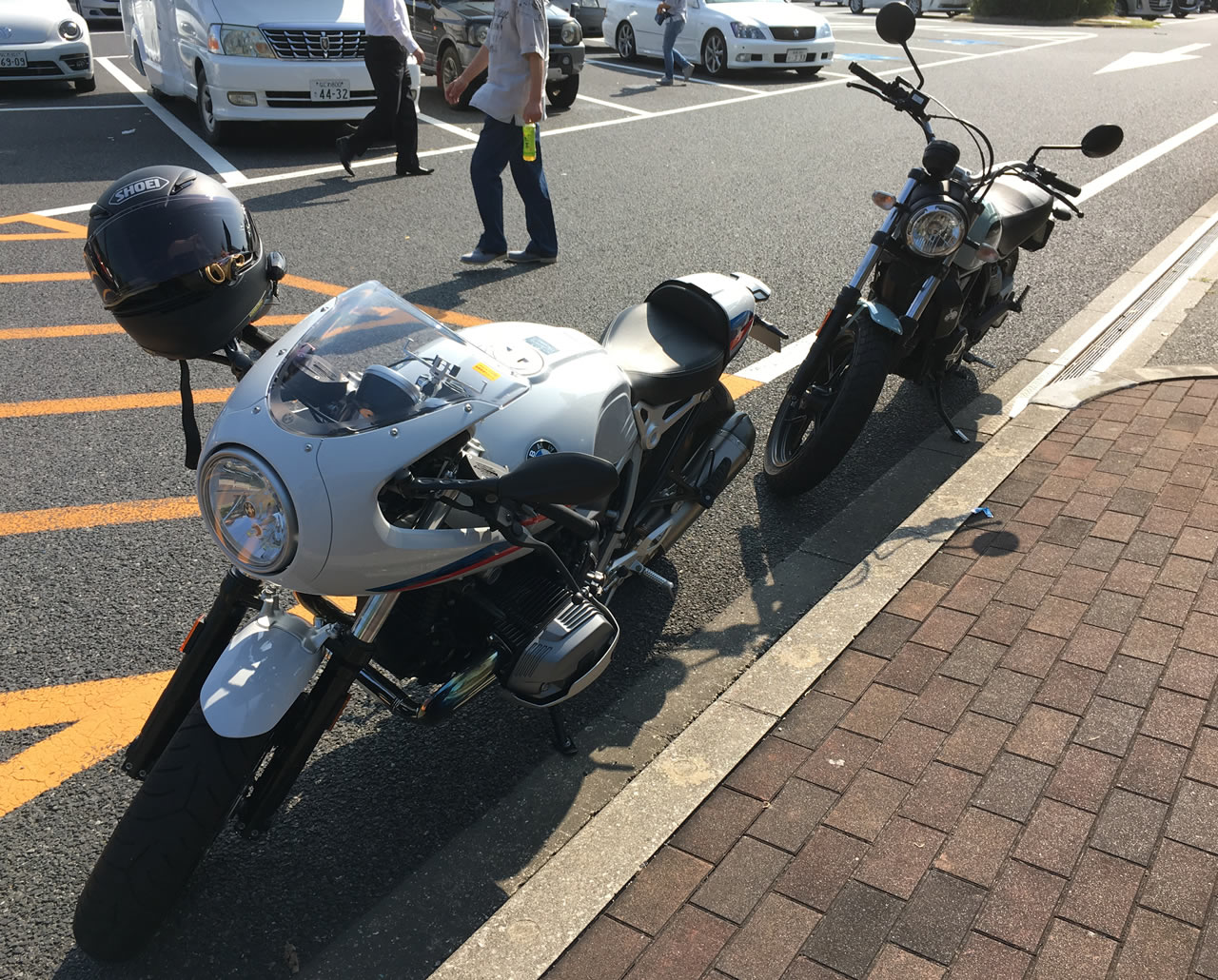 バイクを停めるスピースがいっぱいだったので路肩に駐車