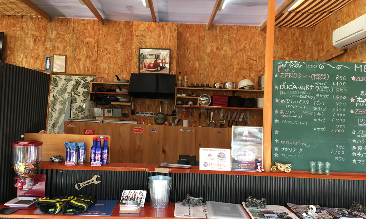 ライダースカフェ「ゼロベース」の店内