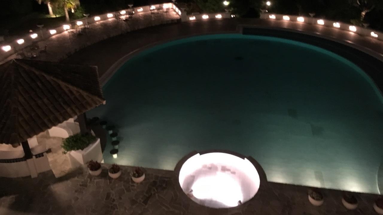 ホテルのプールは雰囲気あり