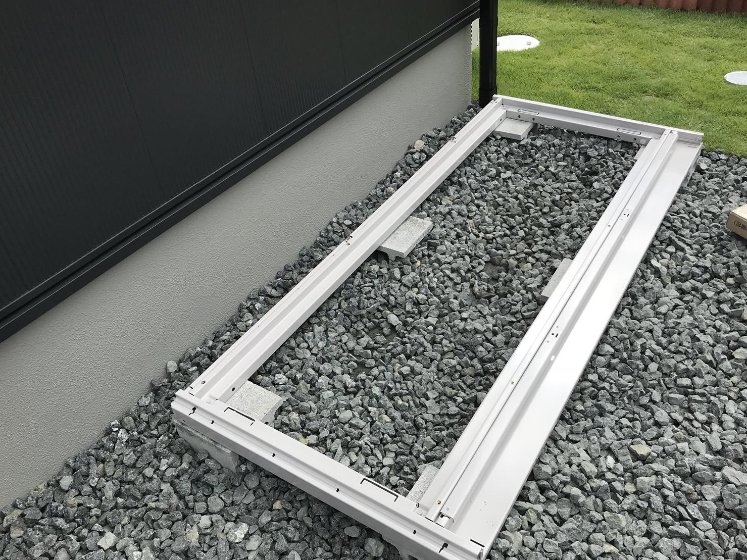 底板をコンクリートブロックに乗せます