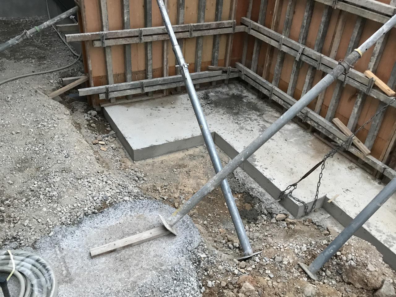 コンクリートの打ちっ放し塀は基礎もしっかりしている