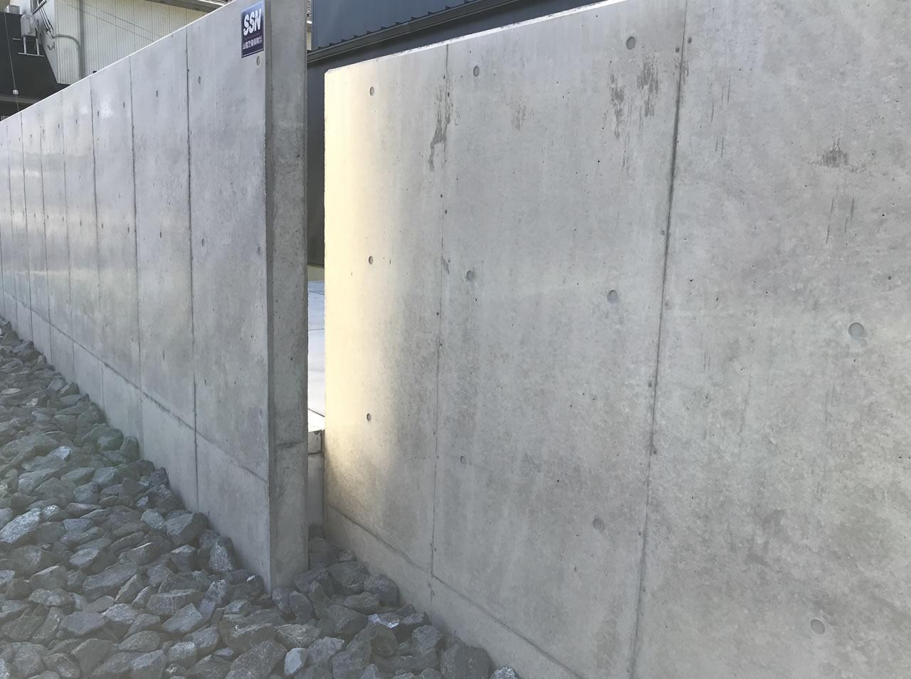 外構はコンクリート打ちっ放し塀・モルタルデッキ・芝生でプライベート空間を