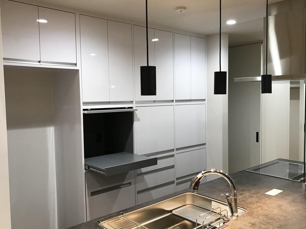 フラップ扉のキッチン収納