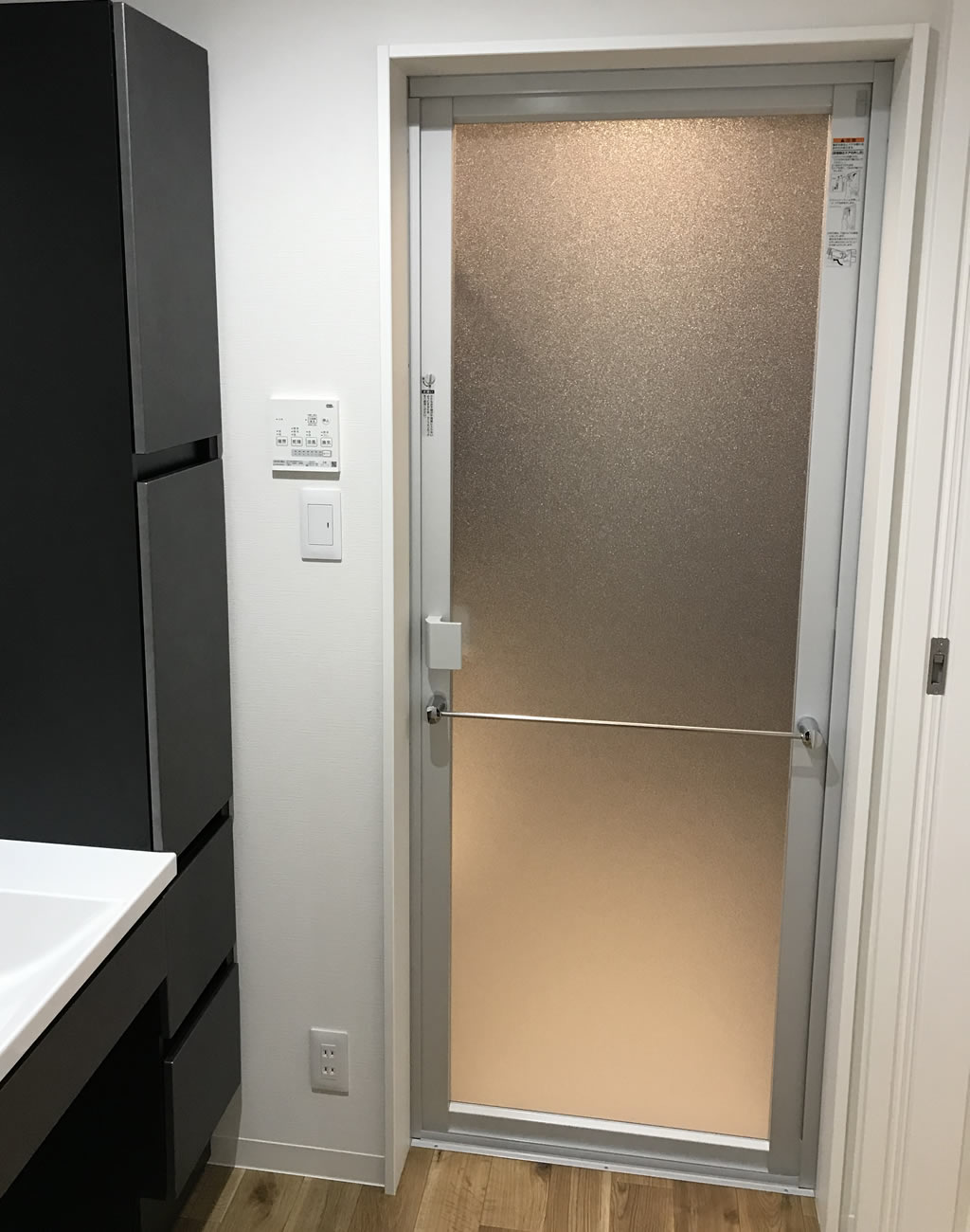 風呂のドアは開き戸タイプ