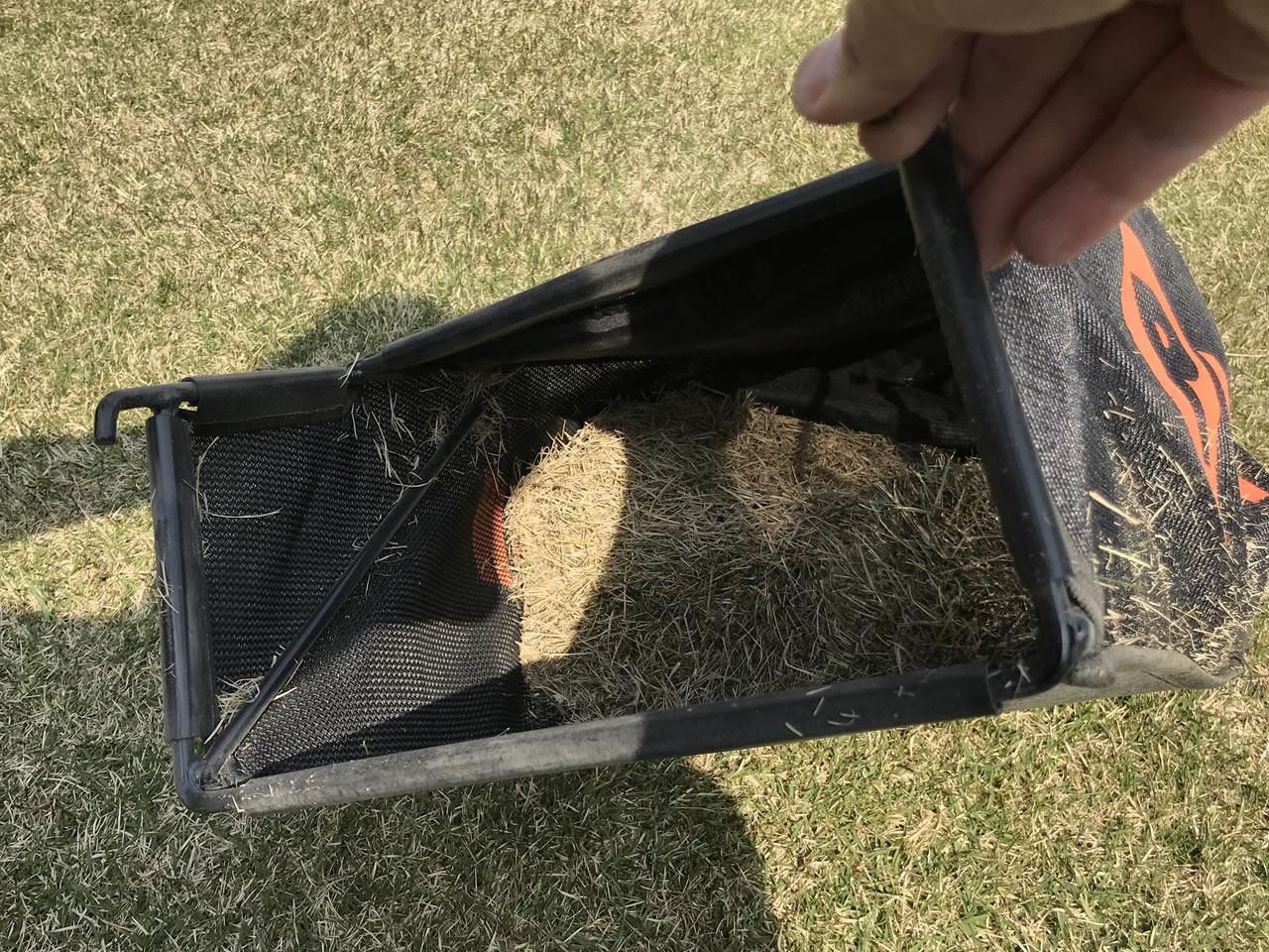 刈った芝生はバッグにたまる