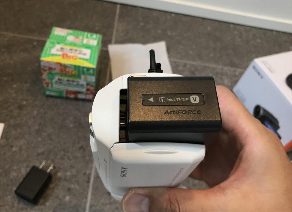 HDR-CX680(W)にバッテリーをつけてみよう