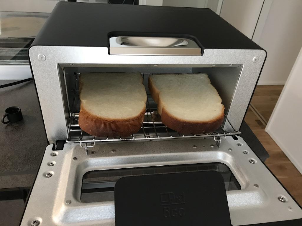 まずはバルミューダトースターで食パンを焼いてみる