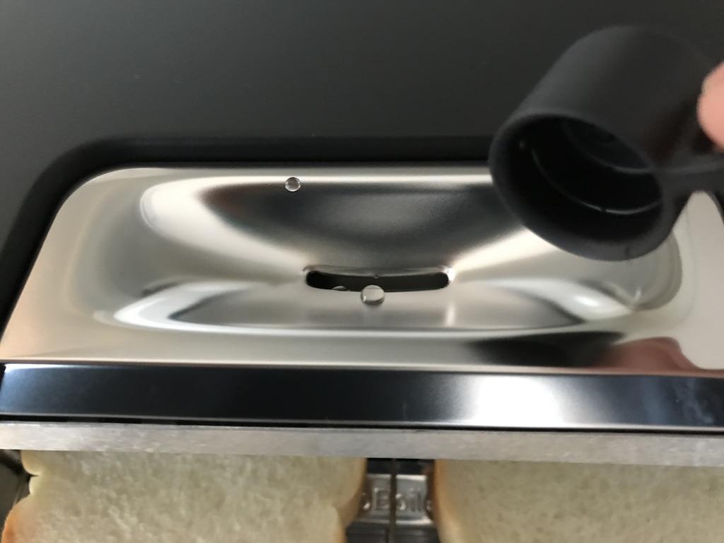 ふっくら焼けるように水を入れます