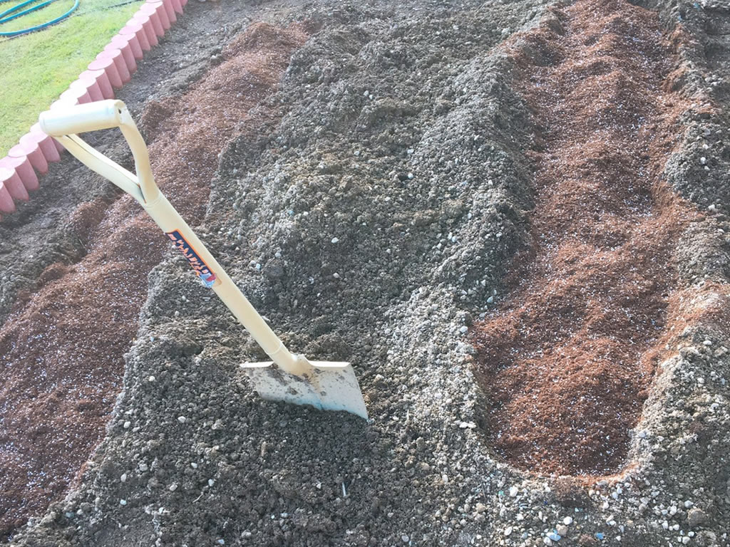 牛糞堆肥を入れてふかふかに