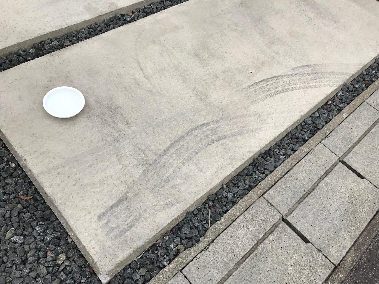しっかりとついたコンクリートのタイヤ痕