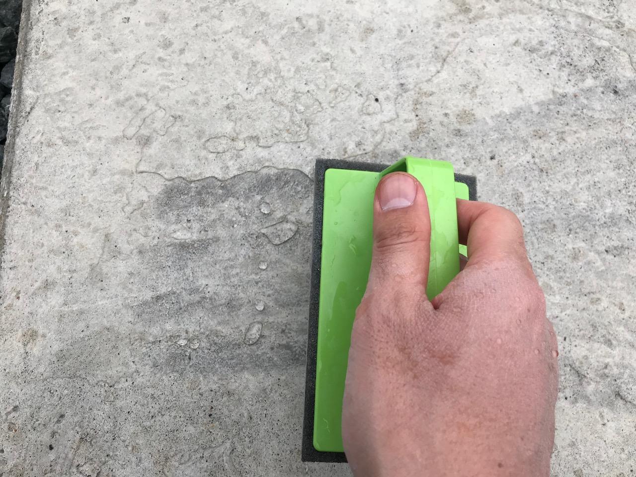 コンクリートに水をかけてブラッシング