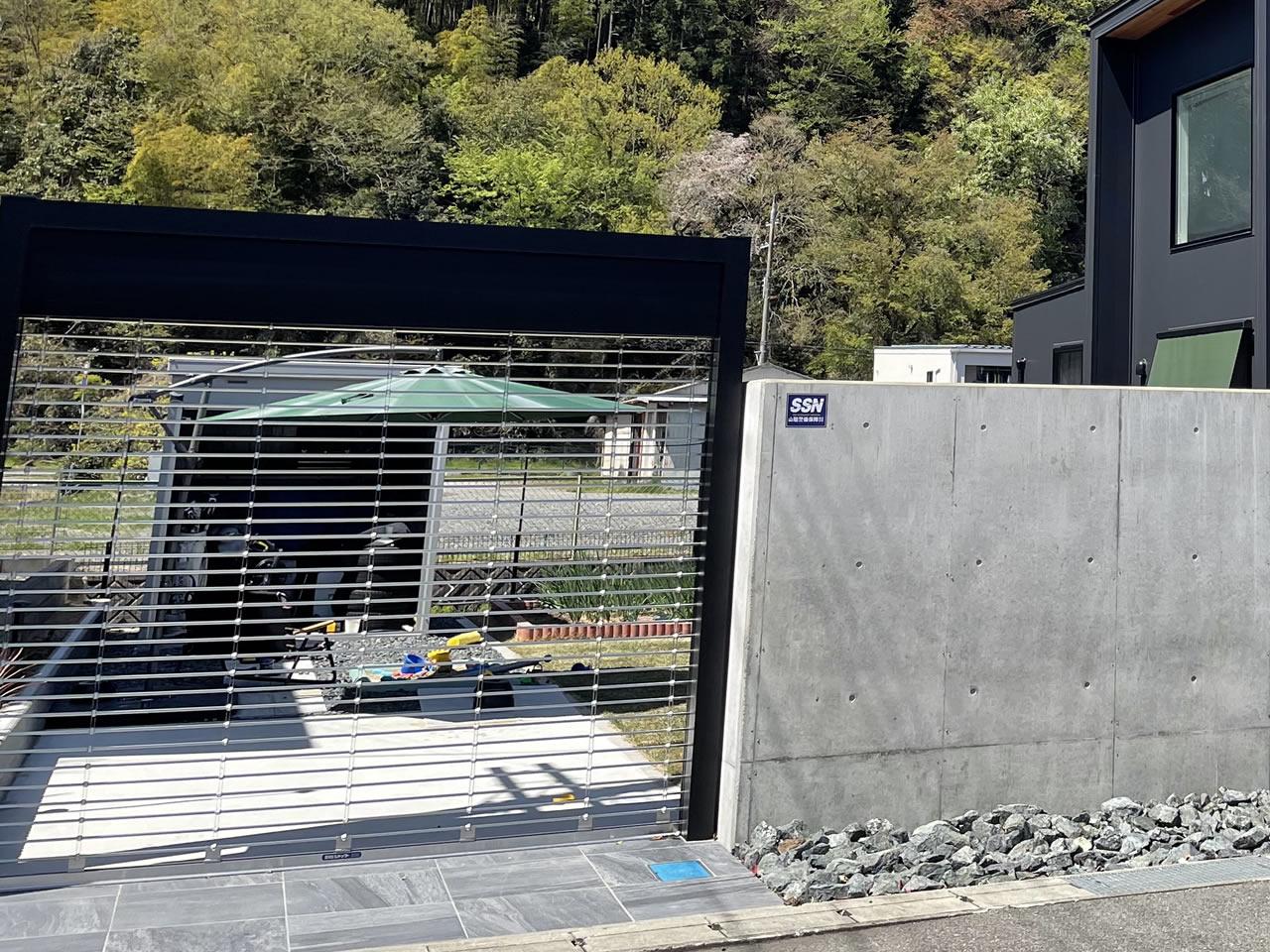 外構の塀とグリ石とリクシル電動シャッター